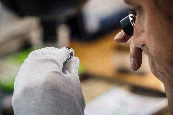 Qualitätskontrolle eines Christian Bauer Traurings | Juwelier Stahl Würzburg