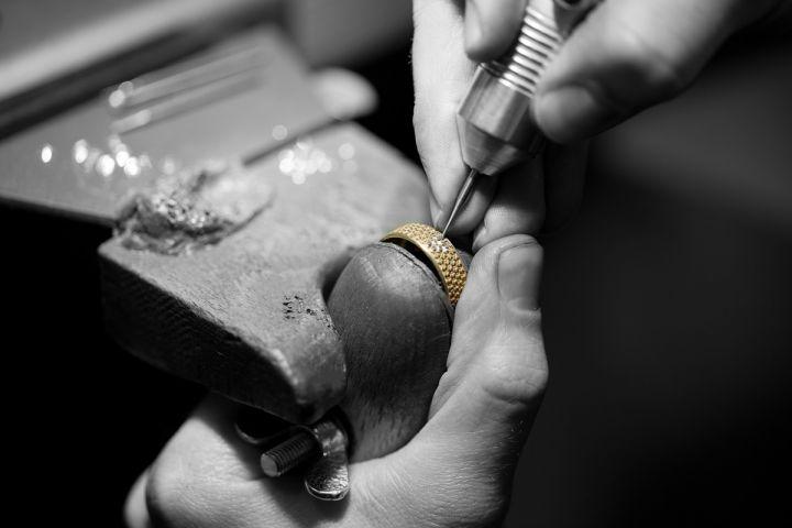 Diamanten fassen bei Giloy | Trauringe Juwelier Stahl Würzburg