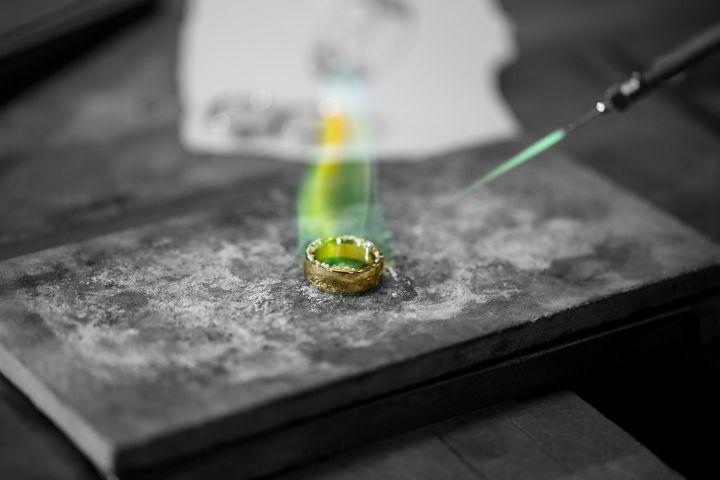 Goldschmiede Kunst bei Giloy | Trauringe Juwelier Stahl Würzburg