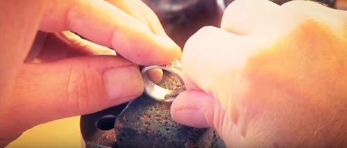 Handgravur in einem Trauring von Furrer Jacot | Juwelier Stahl