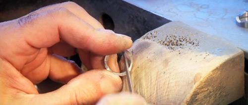 Kunsthandwerk im Trauring von Furrer Jacot | Juwelier Stahl